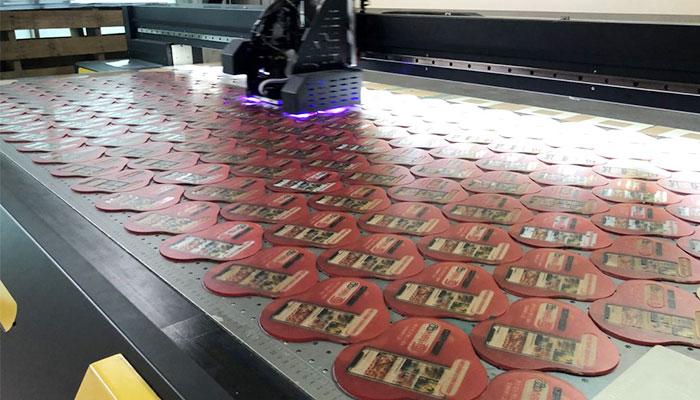 Các tấm mica được cắt laser trước sau đó in uv