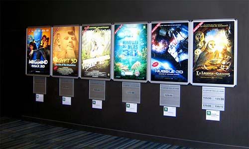 Hộp đèn mica được trưng bày trong rạp phim