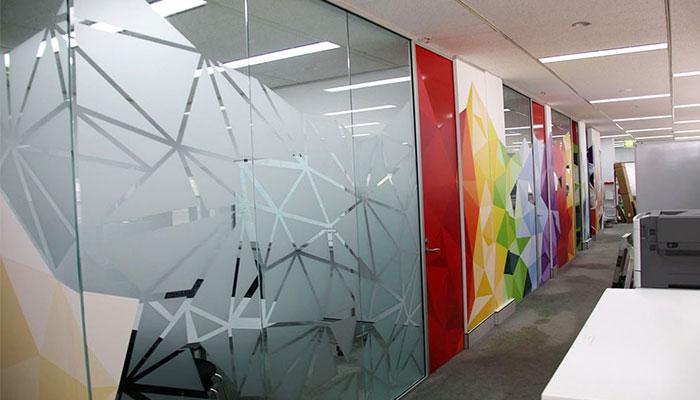 Decal kính mờ giúp văn phòng sáng sủa và tạo sự riêng tư