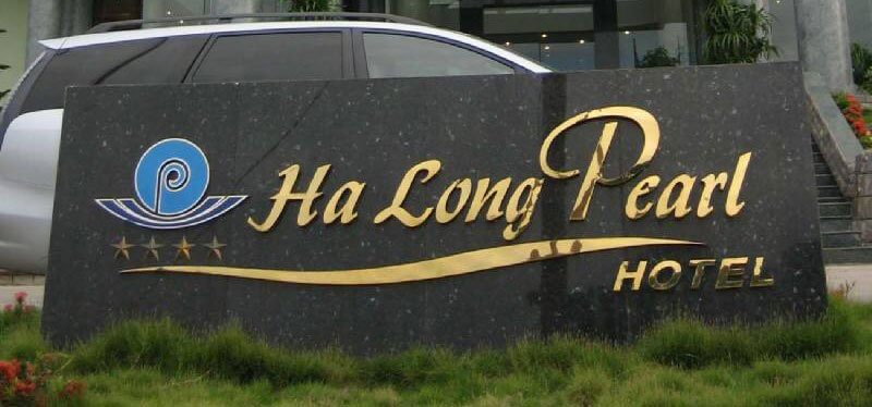 Bảng hiệu đá hoa cương được đặt trước khách sạn
