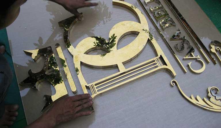 Bảng hiệu inox làm bằng inox vàng 304