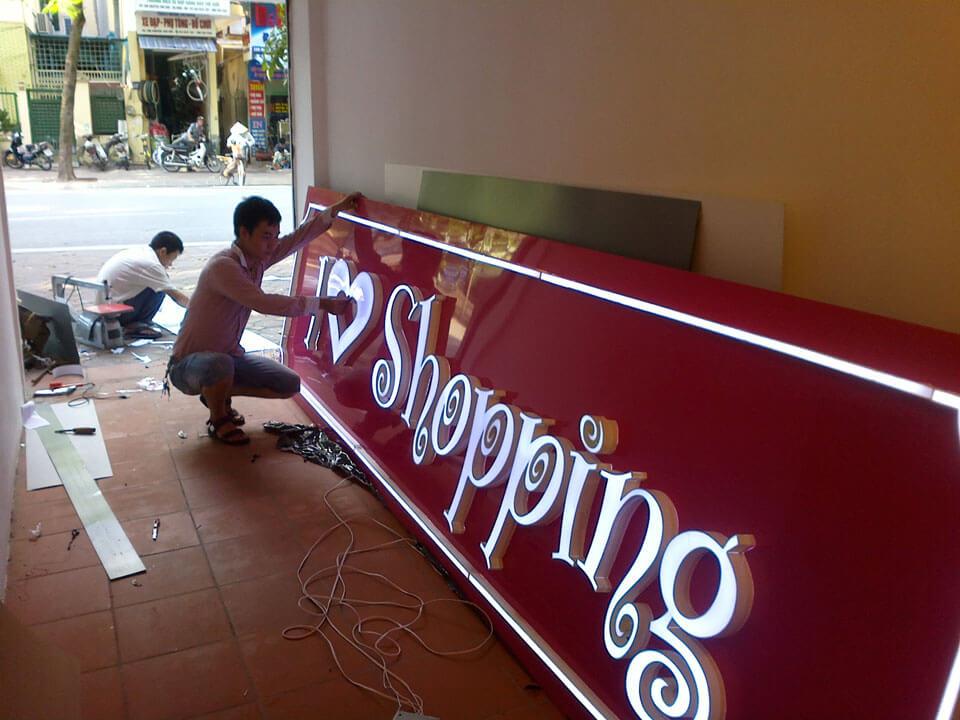 bảng hiệu shop quần áo mica đèn chữ nổi - mẫu 1
