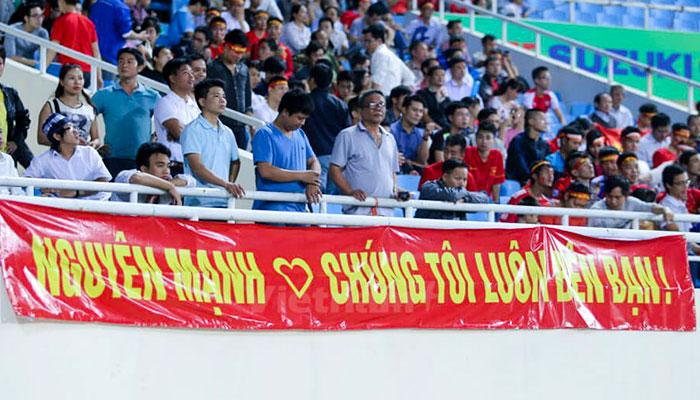 In băng rôn cổ vũ bóng đá hay giá rẻ TPHCM trên sân vận động