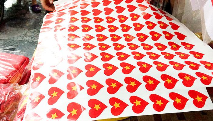 Mẫu sticker cổ vũ được bán nhiều ngoài đường